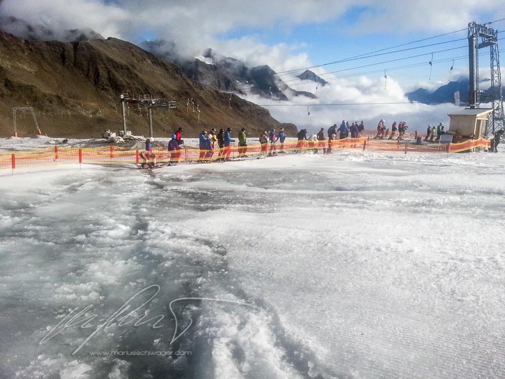 Stubaier Gletscher Saisonstart Skipiste Liftschlange